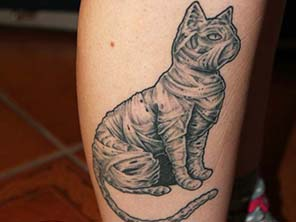 Antonio vonde tattoo studio maribor black grey cat mummy tattoo – črna senčena mačka mumija