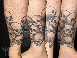 Antonio vonde tattoo studio maribor pile of skulls on leg tattoo – lobanje na nogi
