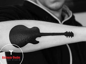 Antonio vonde tattoo studio maribor black tribal guitar tattoo – črna kitara